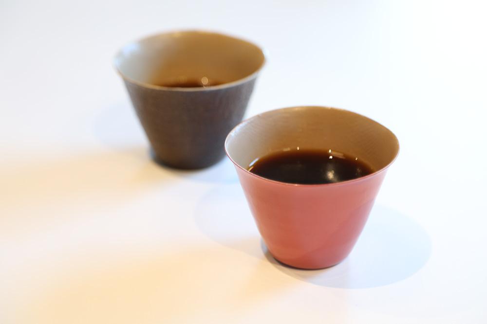 画像: 写真のコーヒーカップは、実は紙製の漆器。塩尻市は400年続く木曽漆器の産地としても知られている。