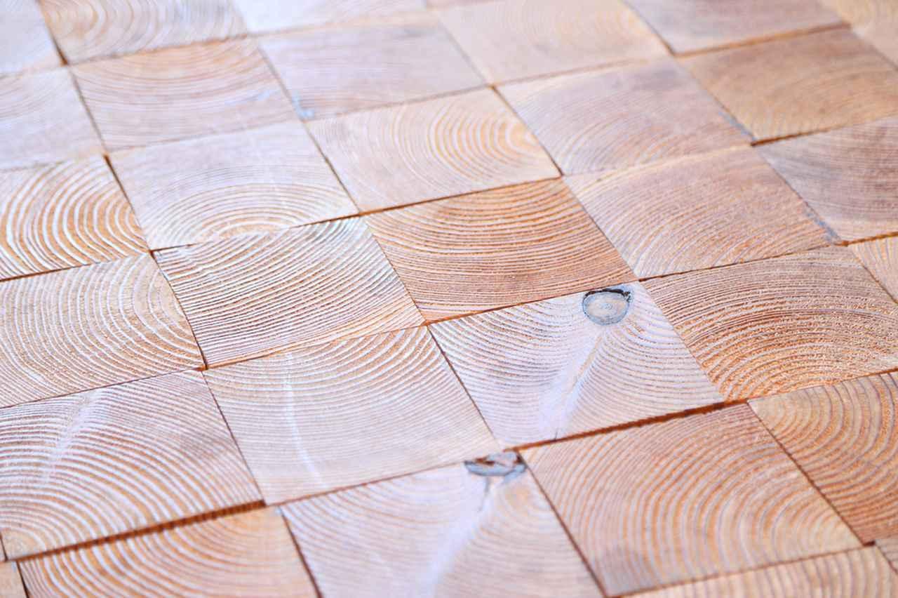 画像: 「スナバ」1階の床。グランドオープンの際に、市民の手によって角材が敷き詰められた。
