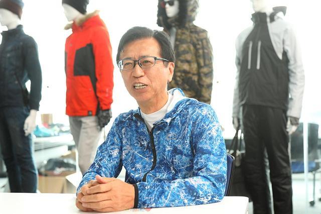 画像: ワークマンの土屋哲雄氏。この日は全身自社ブランドの商品で身を包み、インタビューに臨んでくださった。