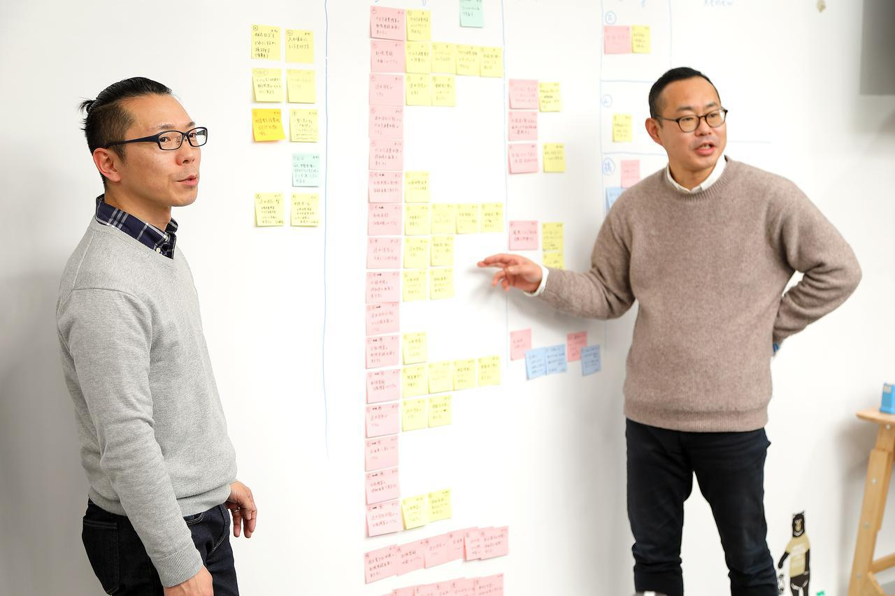 画像: 仕事の進捗は、かならずポストイットで壁に貼り出し、チームで共有する。