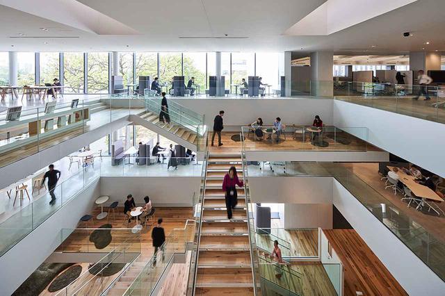 画像: 対談場所となった、日立製作所中央研究所の協創棟。イノベーション創生の促進を図るオフィスレイアウトになっている。
