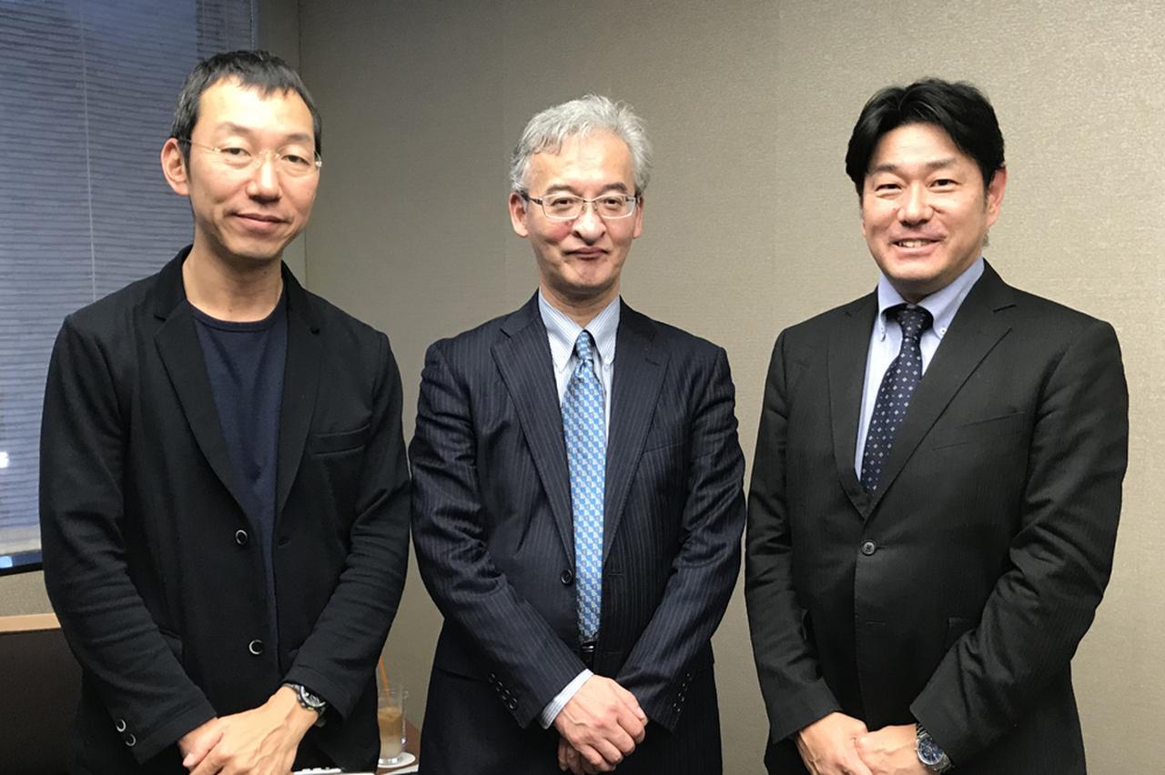 画像: 山口周氏(左)、恩師の菊澤研宗氏(中央)とともに写真に収まる佐藤雅彦。