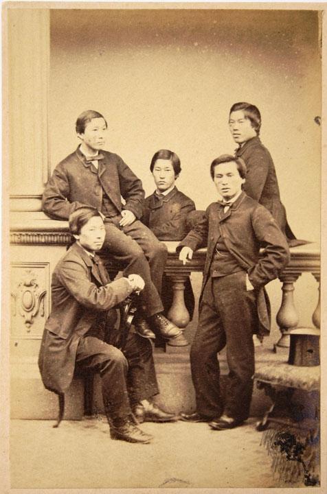 画像: 「長州藩英国留学生写真」 伊藤博文(後列右)、山尾庸三(前列右)、井上馨(前列左)ほか若き日のポートレート 萩博物館所蔵