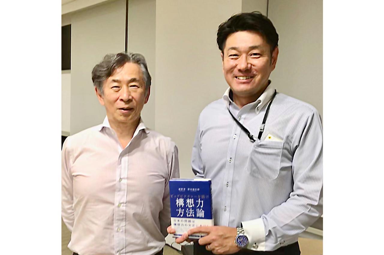 画像: 「二階建ての経営」を提唱する紺野登氏(左)と佐藤雅彦。