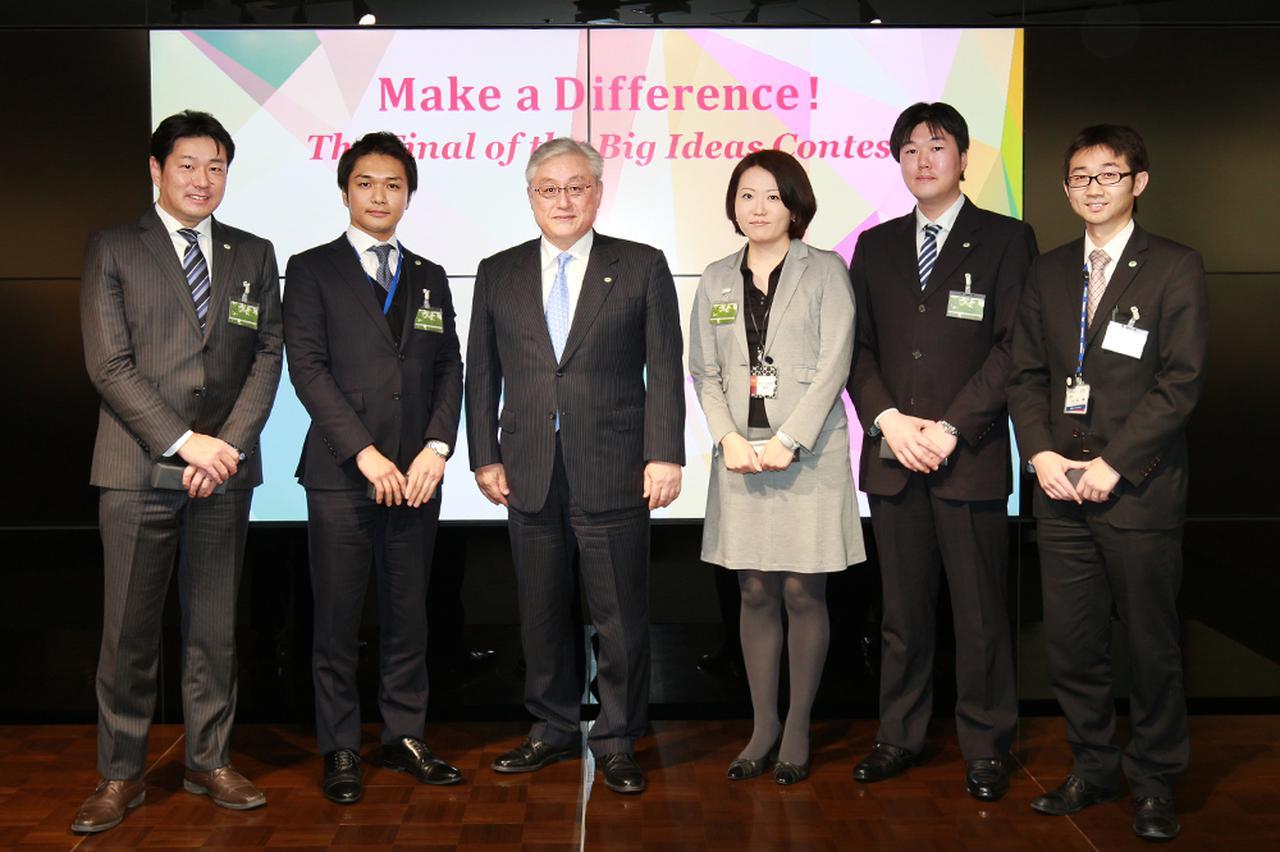 画像: 2015年、日立社内のビジネスプランコンテスト「Make a Difference!」で入賞したTeam Sunriseのメンバー。中央が社長の東原敏昭。