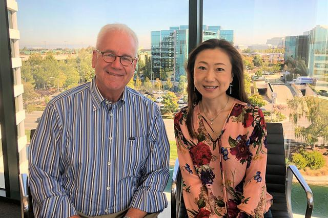 画像: 「Success4」(2019年12月)で基調講演を行ったジェフリー・ムーア氏(『キャズム』著者)と弘子氏