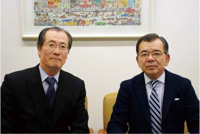画像: スロープシステムの導入について語る中谷社長(左)と緒方競技委員長(右)