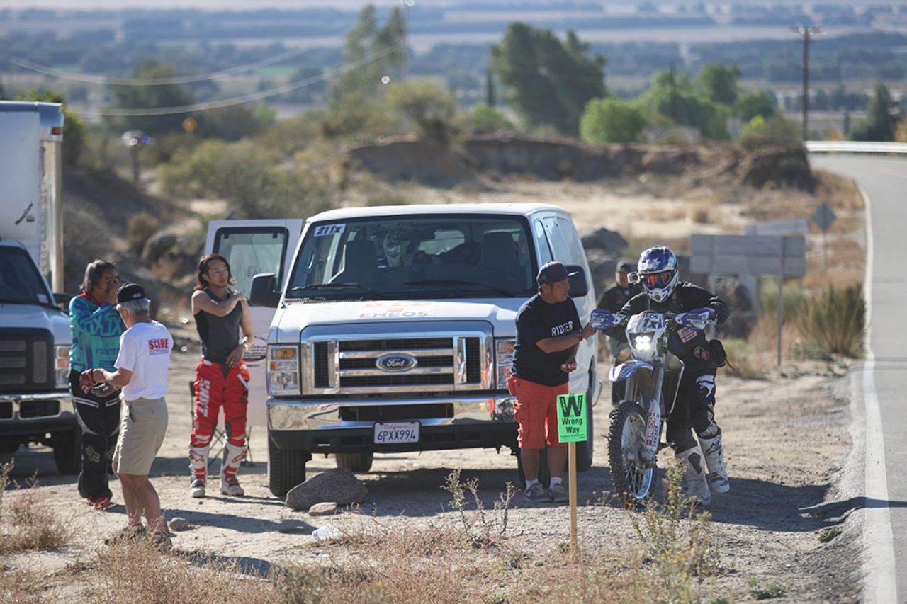 画像: レーシングコースと舗装路が交わるところで交代します。追いかけるサポートカーにとってもレースなのです。