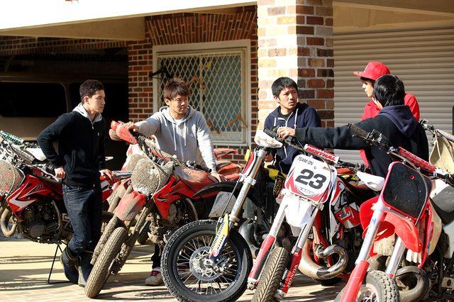 画像: 清成選手を囲む日本の若手トップライダーたち。