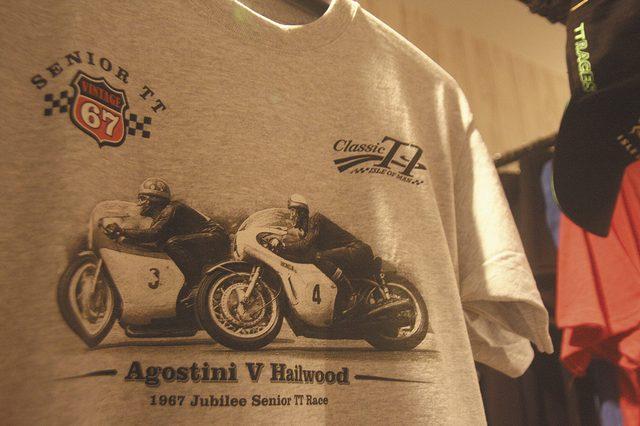 画像: マン島TTのオフィシャルアパレルを試着、購入することもできます。どれもナイスですよ。 portdouglasiom.com