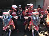 画像: 日本のヤンマーがスポンサードしている Team Himoinsaの2台。No.81は女性ライダーの ローサ・ロメロ・フォント