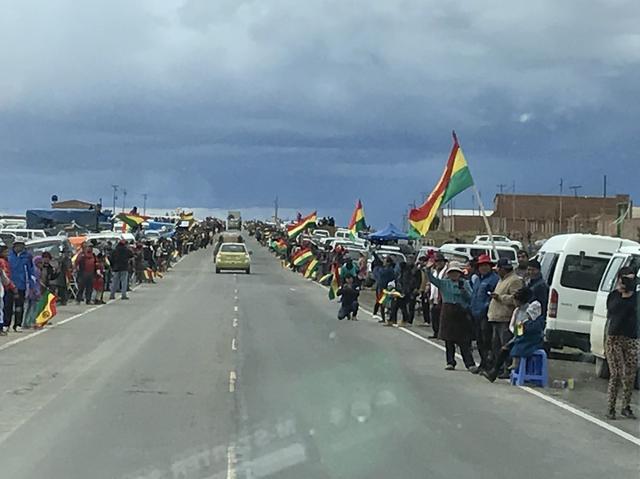 画像: ボリビアの沿道で待ち構える大観衆
