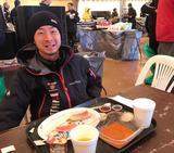 画像: ビバークでリラックスして食事をとる晋之介