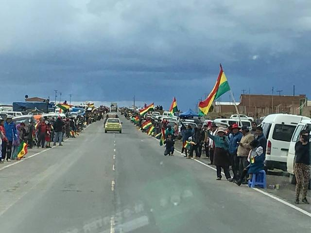 画像: 大観衆が沿道で待ち構えるボリビア