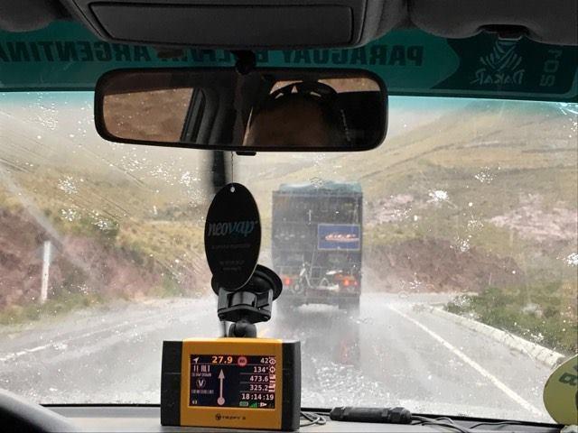 画像: サポート勢も豪雨の中を移動した