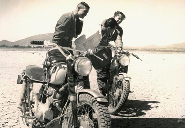 画像: デイブ・イーキンス(左)とビル・ロバートソン・ジュニア、ともにHonda CL77と