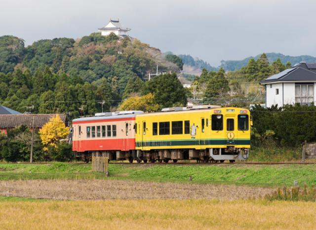 画像: 大多喜城を背景に走る車両