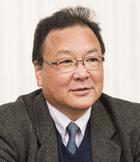 画像: 鳥塚 亮(とりづか あきら) プロフィール: 1960年東京生まれ。 大学卒業後、英国航空(ブリティッシュ・エアウェイズ)で勤務。 2009年、いすみ鉄道の社長公募に応募。 代表取締役社長として採用される。 ムーミン列車や伊勢海老特急など、話題となる列車を次々と打ち出し、いすみ鉄道のブランド化を進めている。 著書に『ローカル線で地域を元気にする方法』がある。 .