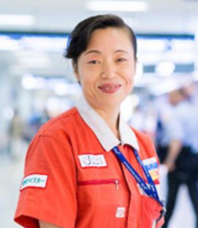 画像: 新津春子(にいつ はるこ) プロフィール: 1970年、中国・瀋陽生まれ。 17歳で来日し、高校時代から清掃の仕事に従事する。 1993年に日本空港テクノ株式会社に入社。 羽田空港の清掃を中心に手がけ、同空港が「世界一清潔な空港」に選出される陰の功労者として活躍する。 現在も現場に従事するとともに、2015年4月から「環境マイスター」として、技術指導や知識伝達を中心とし、後輩の育成に当たる。