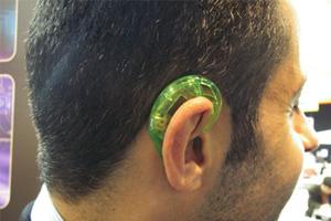 画像: 図2 耳にセンサーをかけて運動中のデータを採取