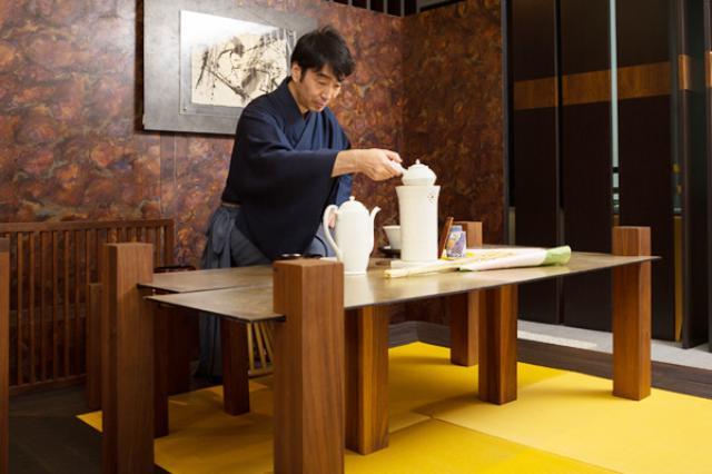 画像: 黄檗売茶流の立礼では、テーブルの高さが47cmと決められている。テーブルの材質や大きさに決まりはない
