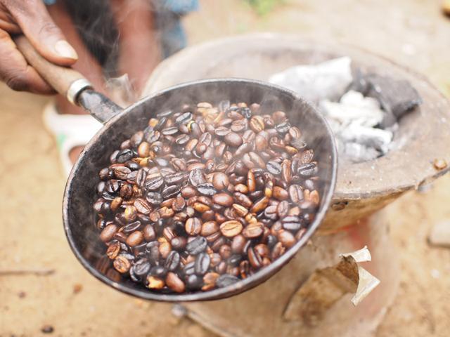 画像: 手作業で焙煎