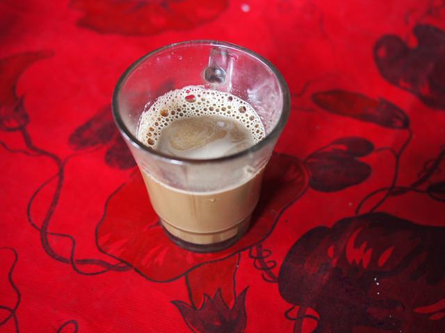 画像: 難民キャンプでのインスタントコーヒー