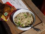 画像: 電波塔の下で拉麺