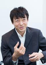 画像: 最近、ロボット技術が脚光を浴びています。政府が定めた「日本再興戦略」の成長戦略を加速する6つの「改革2020」プロジェクトの1つにも「先端ロボット技術によるユニバーサル未来社会の実現」が挙げられています。そのプロジェクトで中心的な役割を果たしている千葉工業大学 未来ロボット技術研究センター所長 古田貴之氏とユニアデックス未来サービス研究所員が、ロボット技術の応用やこれからの社会の在り方について語り合いました。古田 貴之氏(ふるた・たかゆき) プロフィール: 1968年生まれ。 青山学院大学大学院理工学研究科機械工学専攻博士後期課程中途退学。 2003年千葉工業大学未来ロボット技術研究センターfuRo(Future Robotics Technology Center)所長に就任。 2014年学校法人千葉工業大学 常任理事に就任。工学博士。