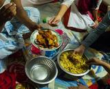 画像: みんな一緒に食べる断食明けのご飯