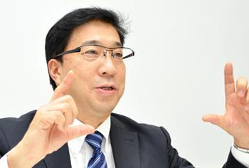 画像: DNP デジタルサイネージ推進本部の本部長、閑(しずか)郁文氏