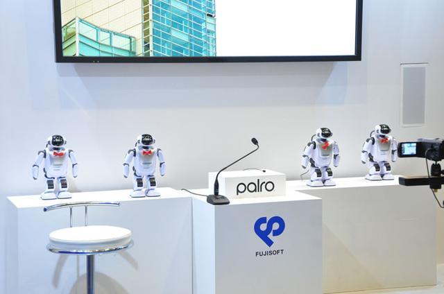 画像: お隣のブースは富士ソフトさん。自社開発のロボットを用いたプレゼンなどで、ひと工夫。目をひいてました。 当社も来年また出展するとしたら、ロボットの業務利用などを提案できればいいかも。
