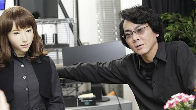 画像: 研究室に座るエリカとともに