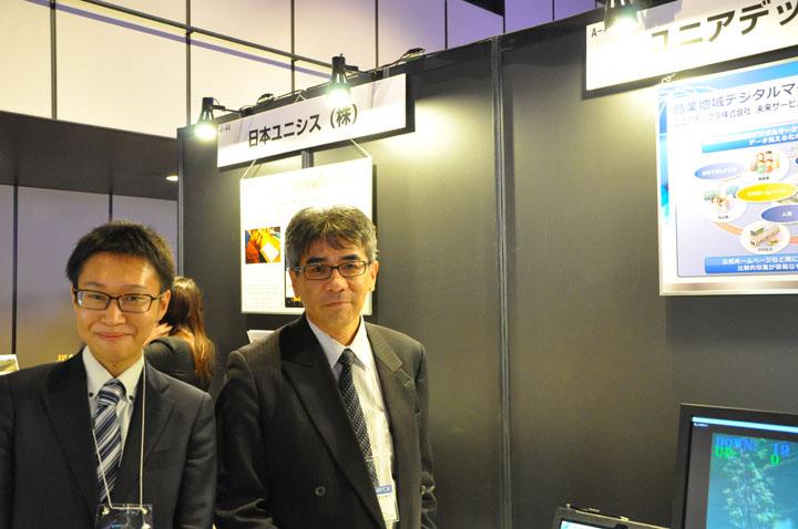 画像: ユニアデックス未来サービス研究所の村上(右)と山田。 「観光地や商業地は、様々なデータを持っているにもかかわらず、上手く活用できていません。ユニアデックスはこの課題を解決することで、まちづくりに貢献したいと考えています」
