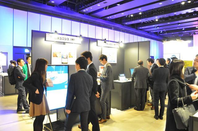 画像: 左が日本ユニシスのブースで、右が当社