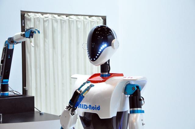画像: THX社のブースで。本来アクチュエーターを製作されているそうだが、当社のを使えばこんなに滑らかに動くということを証明するためにこのロボットを作ったとのこと。なかなかカッコいい