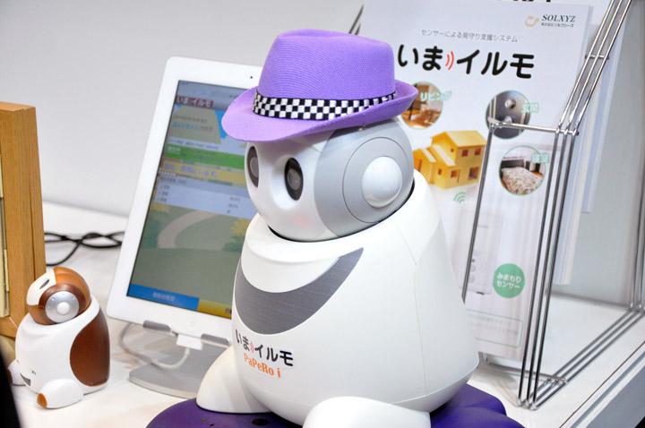 画像: NECエンジニアリング、NECプラットフォームズ様のブースにいた、PaPeRo。人とのコミュニケーションを円滑にする役割を持たせるという意味では、当社が展示しているSotaと同様。左の小さいのはロボットではなく置物だそう