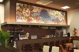 画像: レストランの上にかかっている絵。「友を得るのは宝物を得るのと同じ」という意味のイタリア語が書かれている