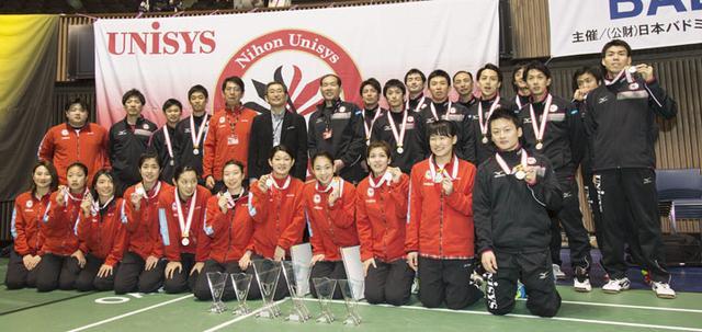 画像: 日本ユニシス実業団バドミントン部の選手と監督・スタッフ一同