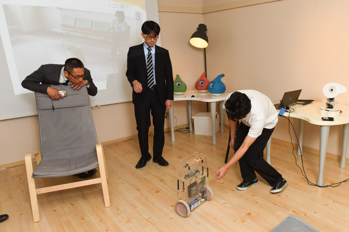 画像2: 〈弱いロボット〉を訪ねて-豊橋技術科学大学 岡田美智男教授へのインタビュー模様