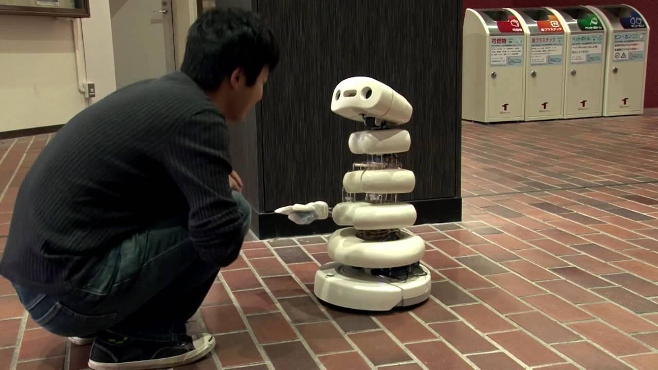 画像: iBones:ティッシュを配ろうとするロボット「iBones(アイ・ボーンズ)」。街角に佇んでおどおどとした動作で人の注意を引いてティッシュを渡し、受け取ってもらえるとお辞儀をする。そのおぼつかない動作を見ると、ティッシュを受け取りにいかなければという気持ちにさせられてしまう www.youtube.com