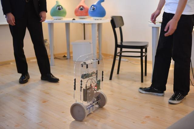画像: Pelat:倒れそうで倒れない、フラフラしているだけのロボット「Pelat(ペラット)」。今にも倒れそうな動きを取ることで、見ている人は思わず手を差し伸べてしまう