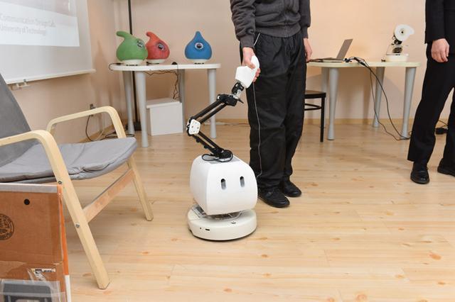 画像: マコのて:お掃除ロボットをベースに開発された、人と並んで歩くロボット「マコのて」。手をつなぐと一緒になって歩き出すが、ナビゲーション機能は持たないので、ロボットに連れていかれる感じがしない