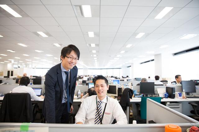 画像: 東京から赴任のエンジニア(左)と、最初は撮影を嫌がっていた同僚。