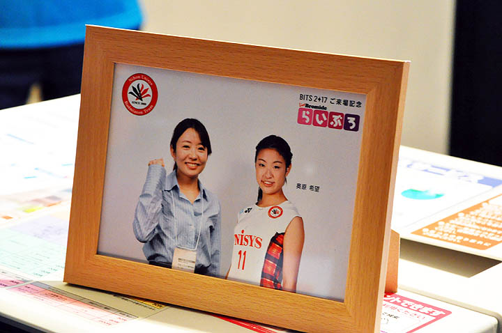画像: 日本ユニシスの「らいぶろ」展示コーナーでは、バドミントン部の選手たちとのツーショットやスリーショット写真(合成)が撮影できるサービスを来場記念として提供。オリンピック効果もあり、結構にぎわっていた。