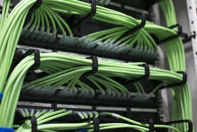 画像: お客さまのところに伺ってサーバーをいじったら必ずケーブルを整えて帰る。当たり前に教え込まれる技。