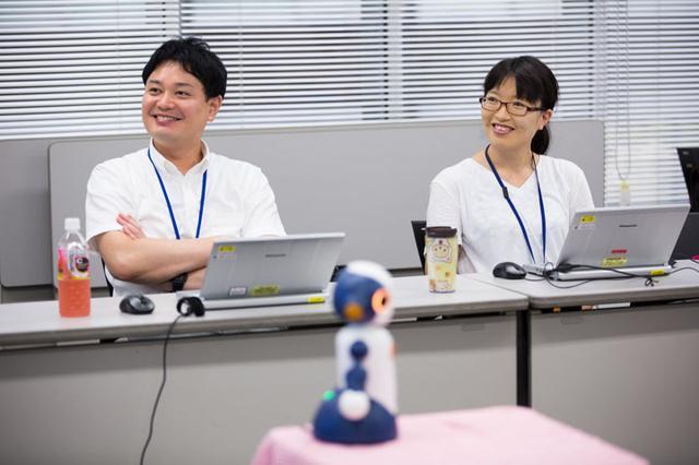 画像: 東京サービスセンターの執務エリアでは、「ロボット部」(通称)の定例会議が催される。この日はプロモ動画を自分たちで作るためのシナリオづくりの打ち合わせ。