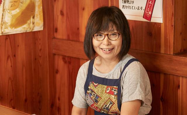 画像: 毎日大勢のお客さまでにぎわう焼肉店を切り盛りする、笑顔が素敵なおかみさん。