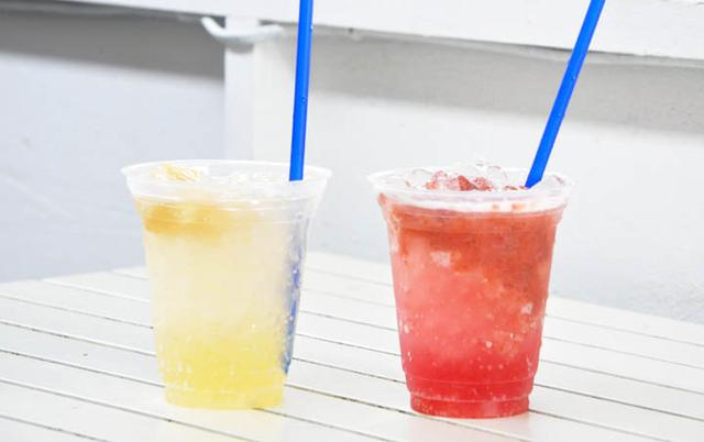 画像: 徳島産の桃を使ったジュース(左)と、同じく徳島産のイチゴを使ったジュース。驚くほどおいしかった。2ndF社が徳島の鳴門市で運営している「The Naruto Base」(地産地食さらには他食の促進を目指す共創施設)経由で取り寄せている模様。