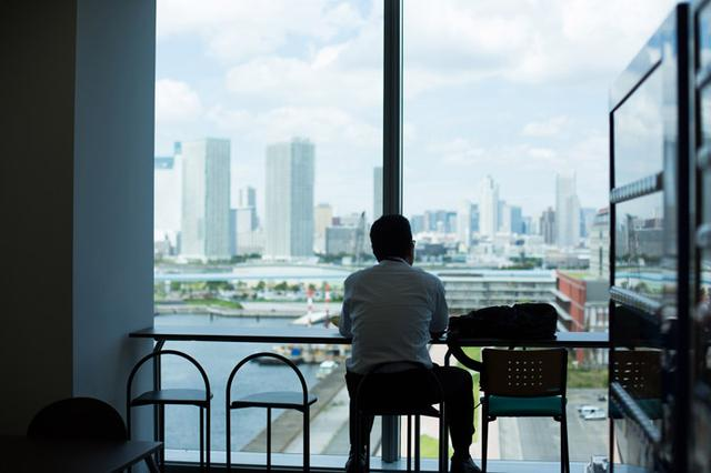 画像: 一人でお弁当を食べている風景が絵になっていて内緒で撮りました。